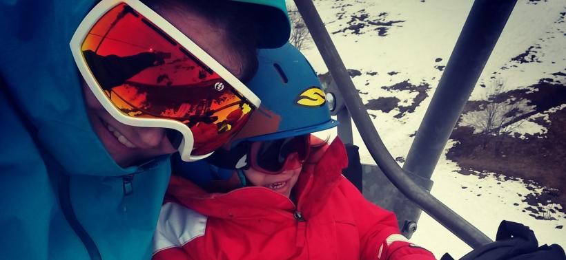 ski avec un enfant sur le telesiege masques
