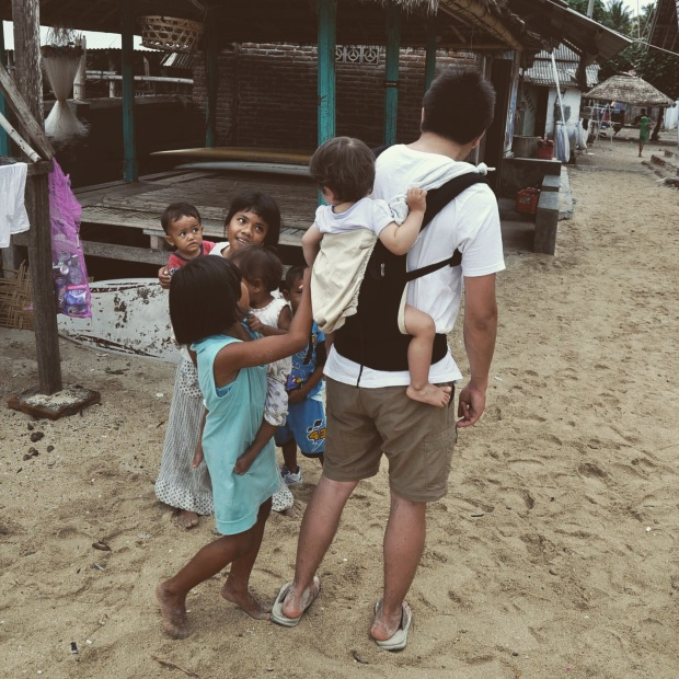Slow Travel - Gerupuk, Lombok, Indonésie en porte-bébé ergobaby