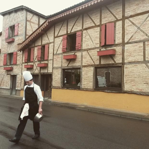 les cuistots traversent les rues du village de Vonnas