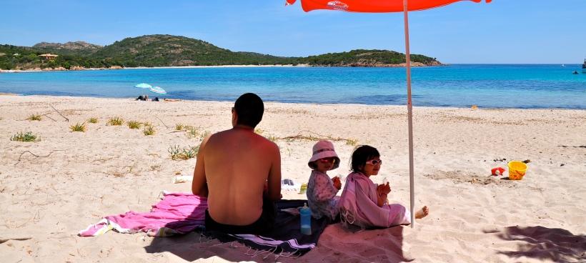 plage de rondinara avec des enfants corse