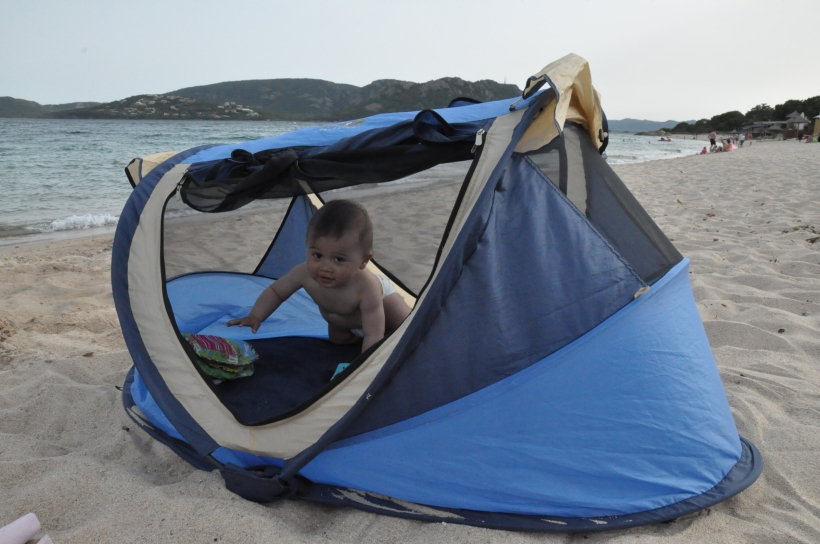 comment plier un lit tente pop up ou travel cot - bébé sur la plage dans une tente UV pop up