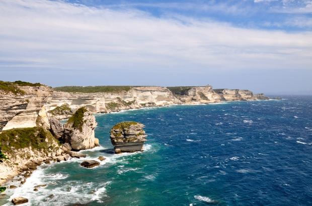 falaises de bonifaccio sous le soleil avec une mer agitée et vent fort