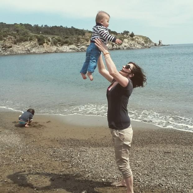 bébé saute en l'air à la plage de banyuls sur mer