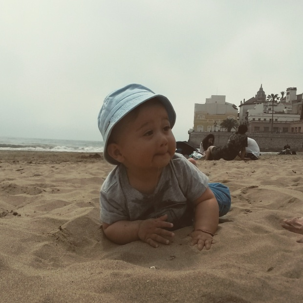 bébé mange du sable à sitges