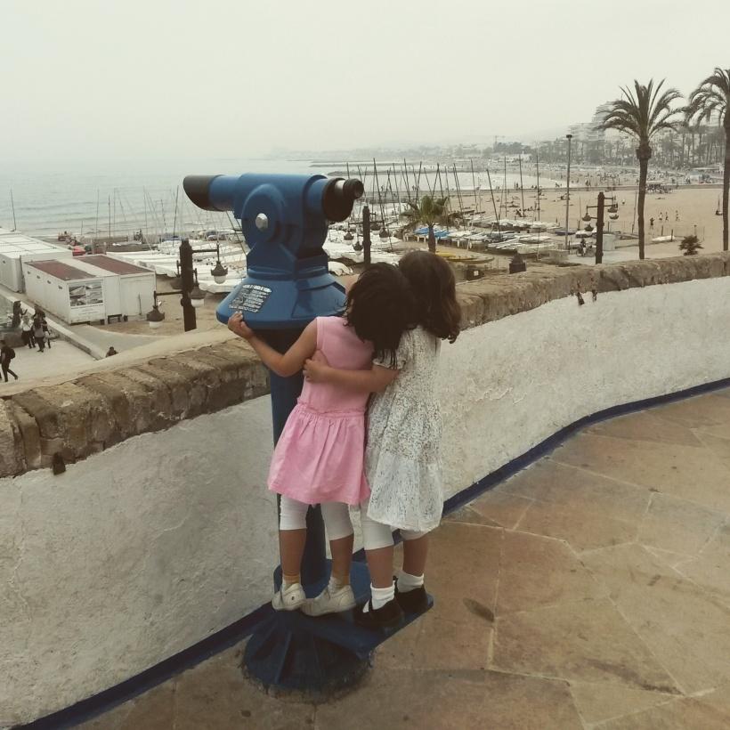 Sitges, les enfants regardent ensemble par les jumelles