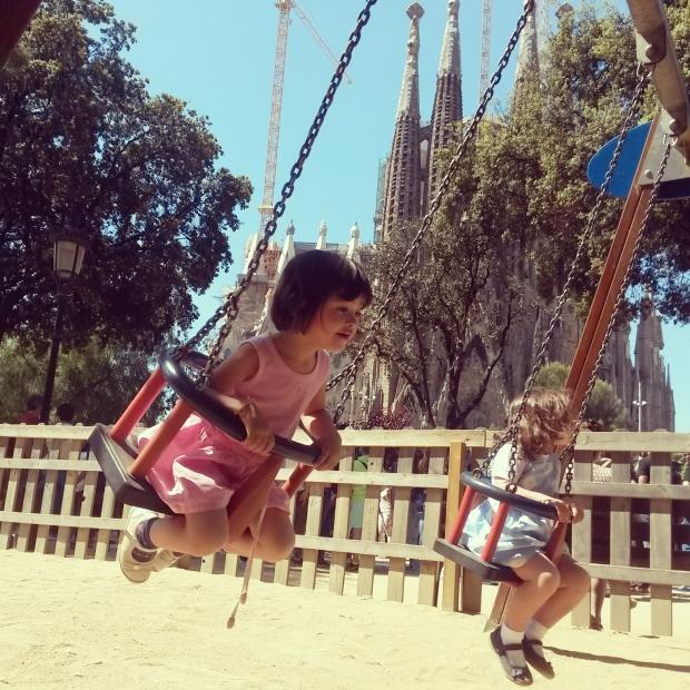 parc de jeux pour enfants au pied de la sagrada familia à Barcelone