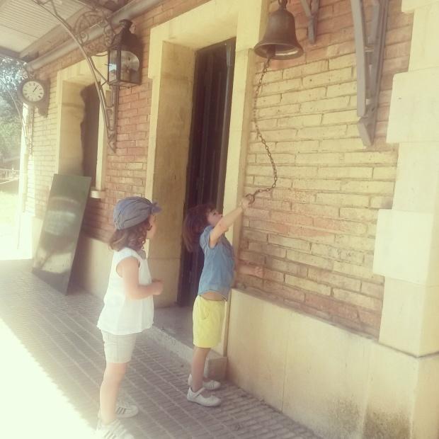 la cloche du petit train du parc de l'oreneta à barcelone