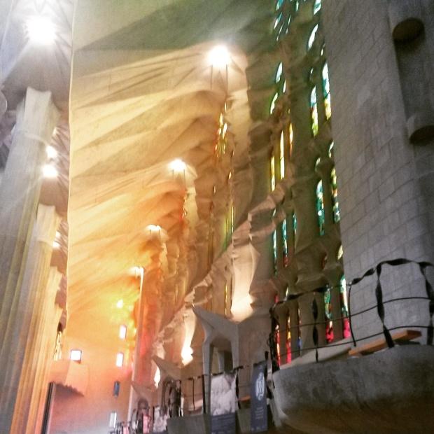 jeux de lumière vitraux de la sagrada familia barcelone