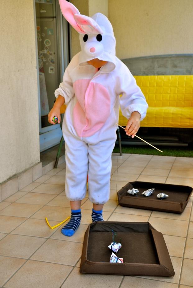 pêche à la ligne en déguisement de lapin