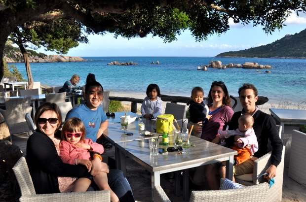 en famille au bar de la plage de santa giulia corse