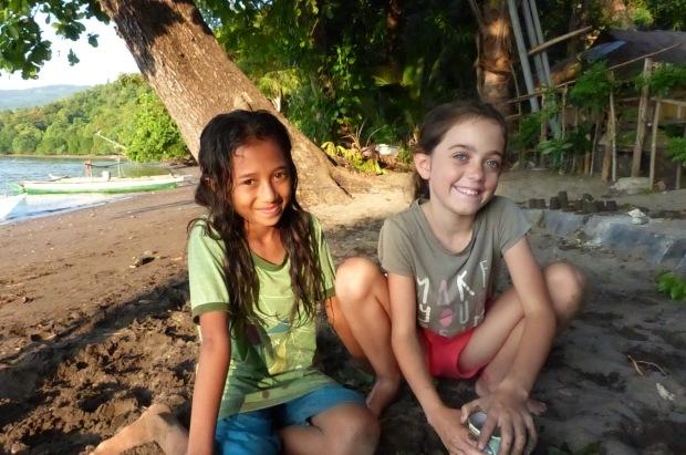 jouer avec les enfants de Flores Indonésie