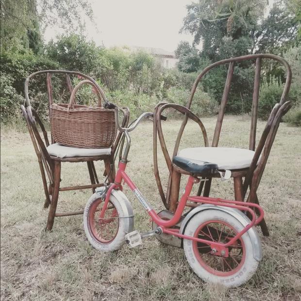 fauteuils osier et vélo enfant vintage