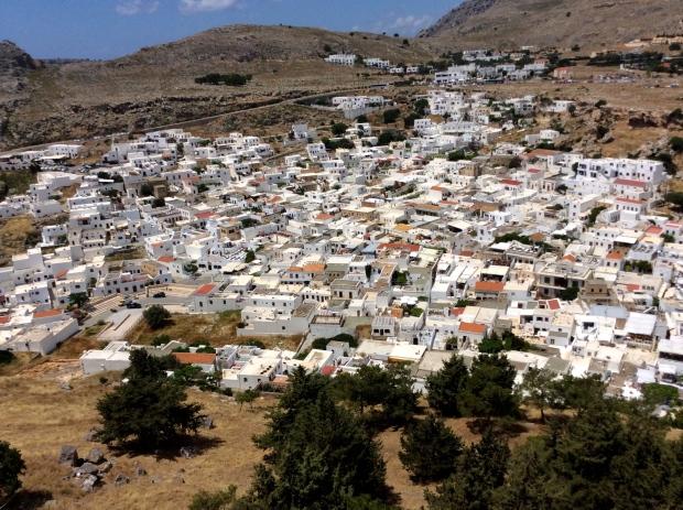Rhodes village de petites maisons blanches à flan de colline