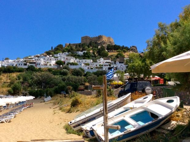 citadelle de Lindos rhodes vue de la plage de sable
