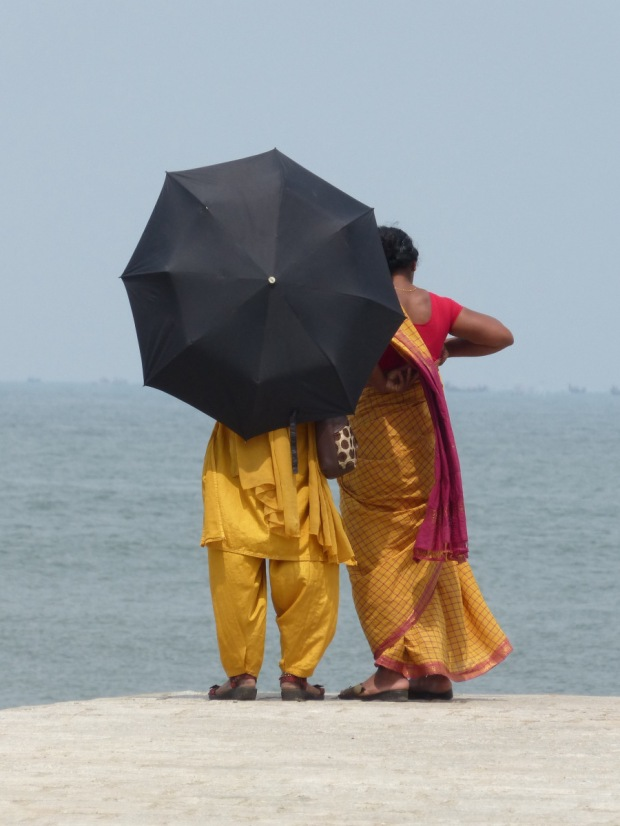 couple derriere parapluie cochin inde