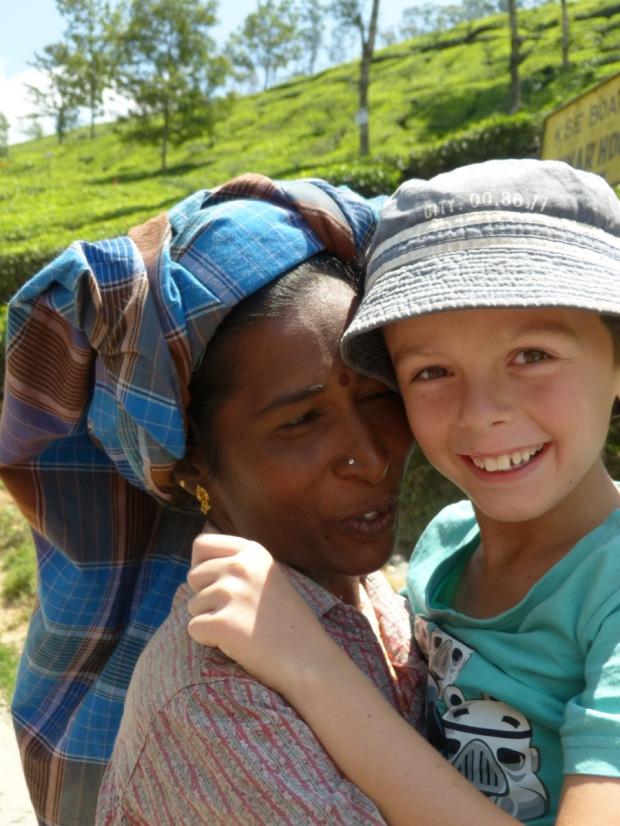 enfants avec femme Plantations de thé, Munnar, Inde