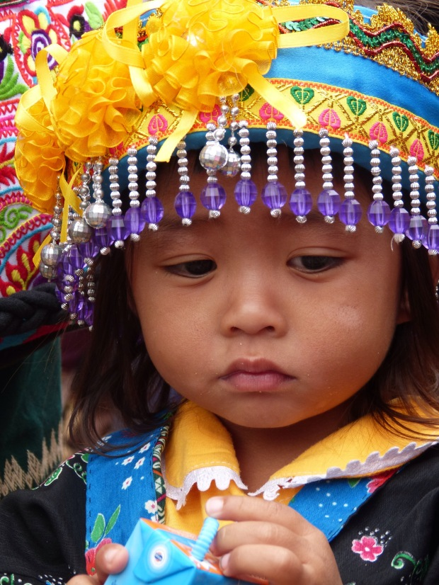 Fillette Hmong, Laos chapeau couronne costume