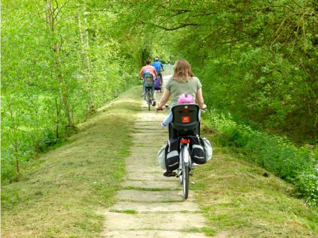 canal nantes a brest velo chemin vert sous les arbres