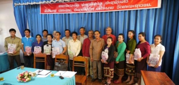 Remise d'attestations de formation et de matériels dentaires pour les auxiliaires dentaires, Muongkham, 2014
