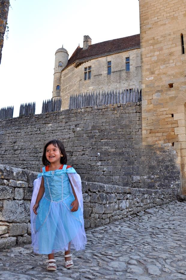 fillette déguisée en princesse devant le chateau de beynac
