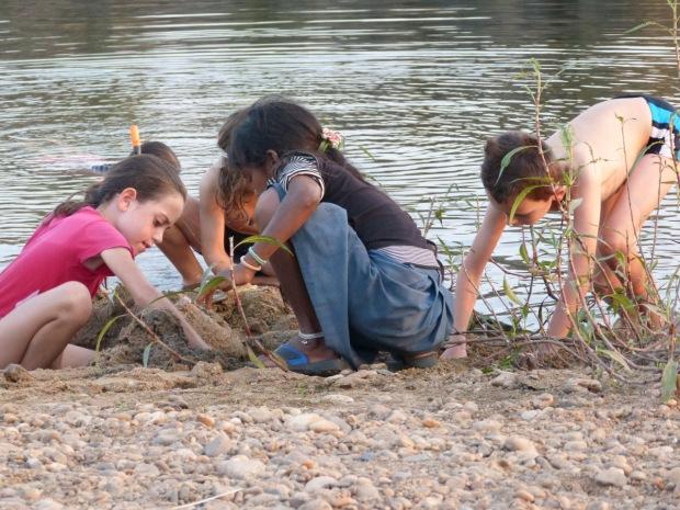 enfants plage asie