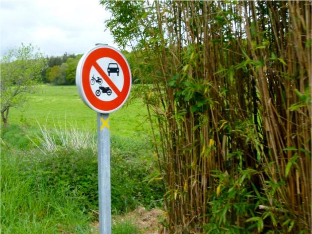 panneau canal nantes à brest interdit aux véhicules à moteur