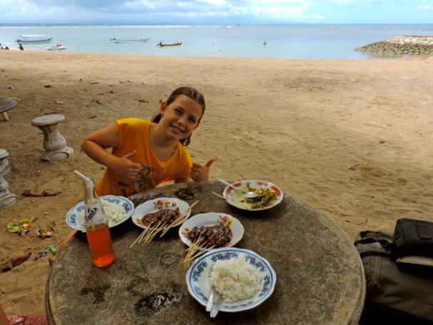 enfant avec Brochettes sur la plage, Bali