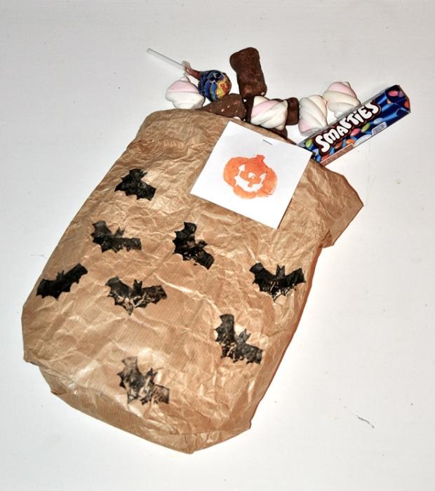 DIY printable sac à bonbons en kraft personnalisé avec des tampons de citrouille et de chauve souris