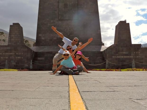 famille assise sur la ligne de L'équateur