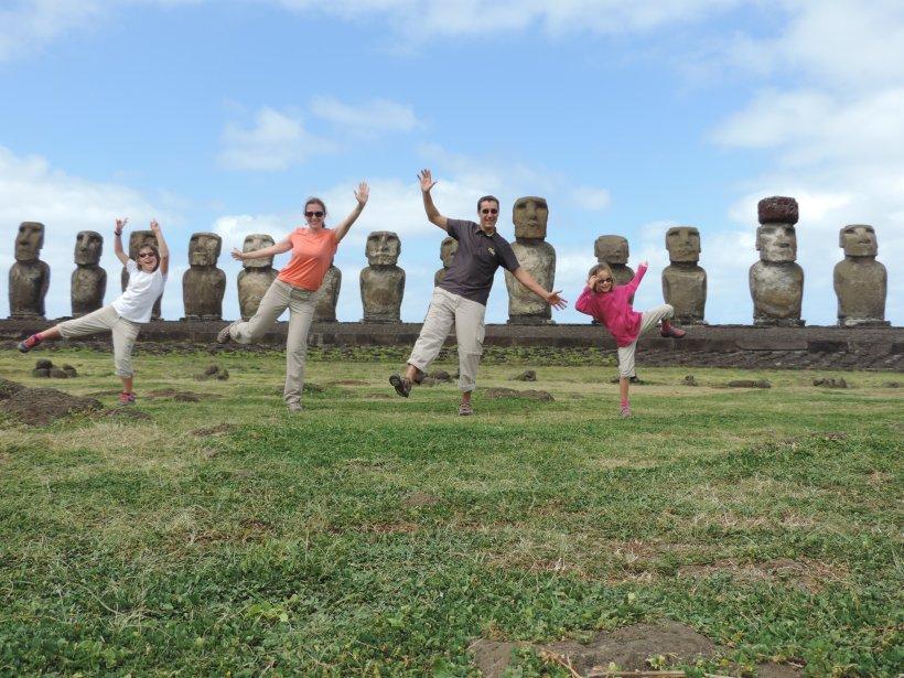 famille devant Moaïs sur de l'île de Pâques (Rapa Nui), Chili