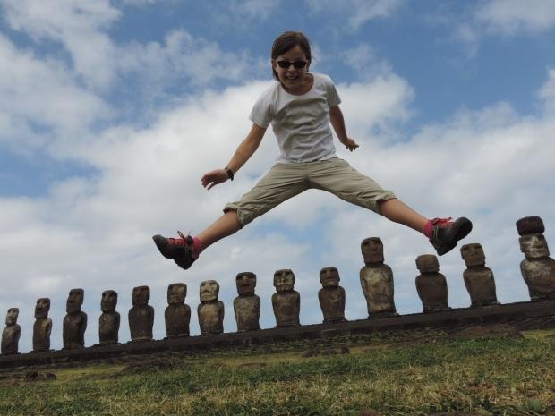 fillette sautant au dessus des Moaïs sur de l'île de Pâques (Rapa Nui), Chili