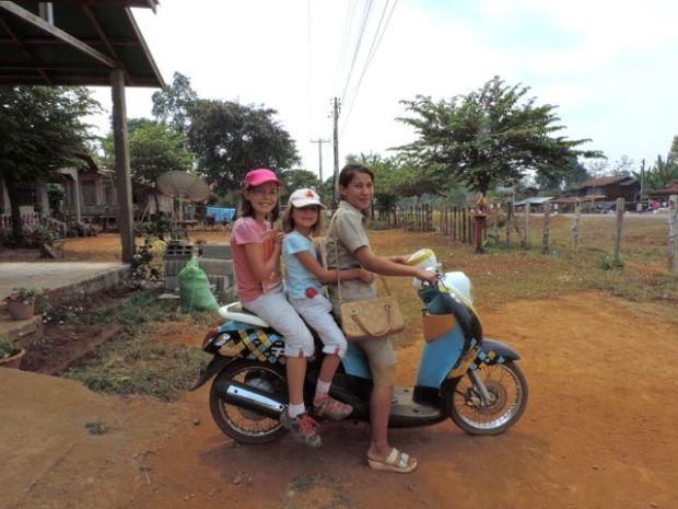 En route pour l'école avec Ningh, l'institutrice, Laos