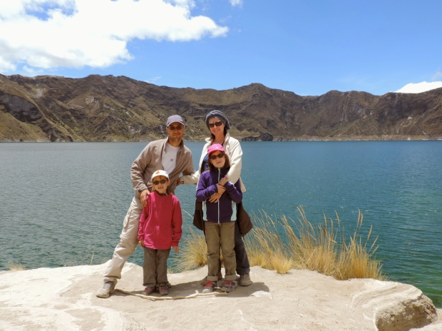 famille devant Lagune de quilotoa, Equateur