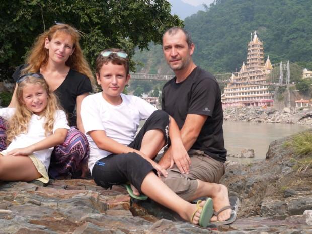 famille touriste inde devant temple