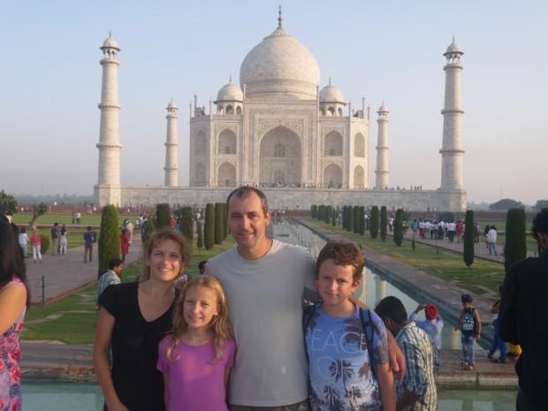 famille touriste inde devant taj mahal