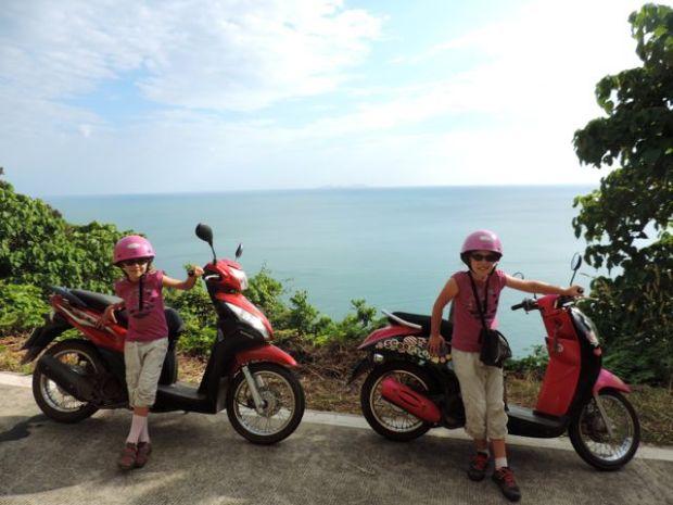 2 fillettes devant des scooters, île de Koh Lanta, Thaïlande
