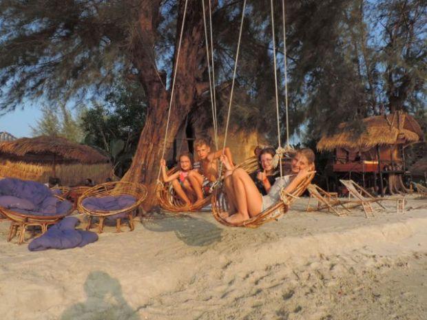 enfants sur balançoire, Sihanoukville, Cambodge
