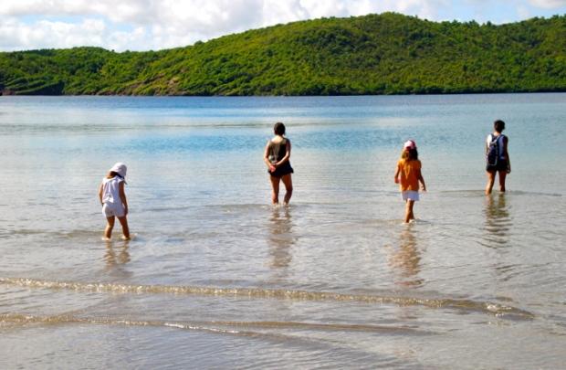 famille randonnée les pieds dans l'eau martinique
