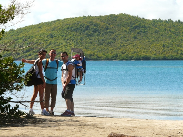 famille randonnée les pieds dans l'eau martinique avec porte-bébé