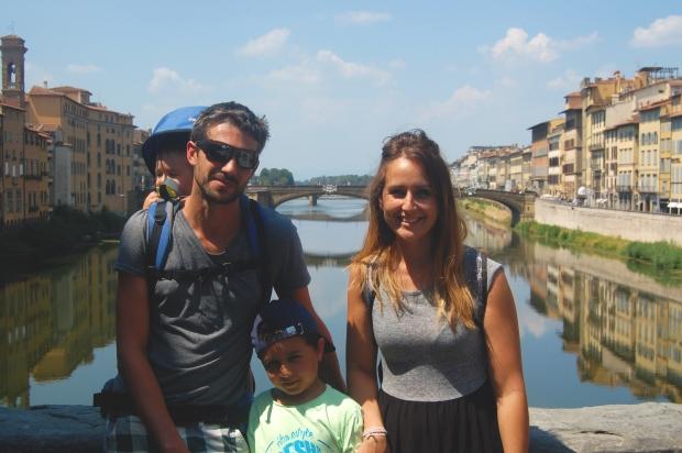 florence famille de 4 avec 2 enfants sur un pont à florence au dessus rivière toscane