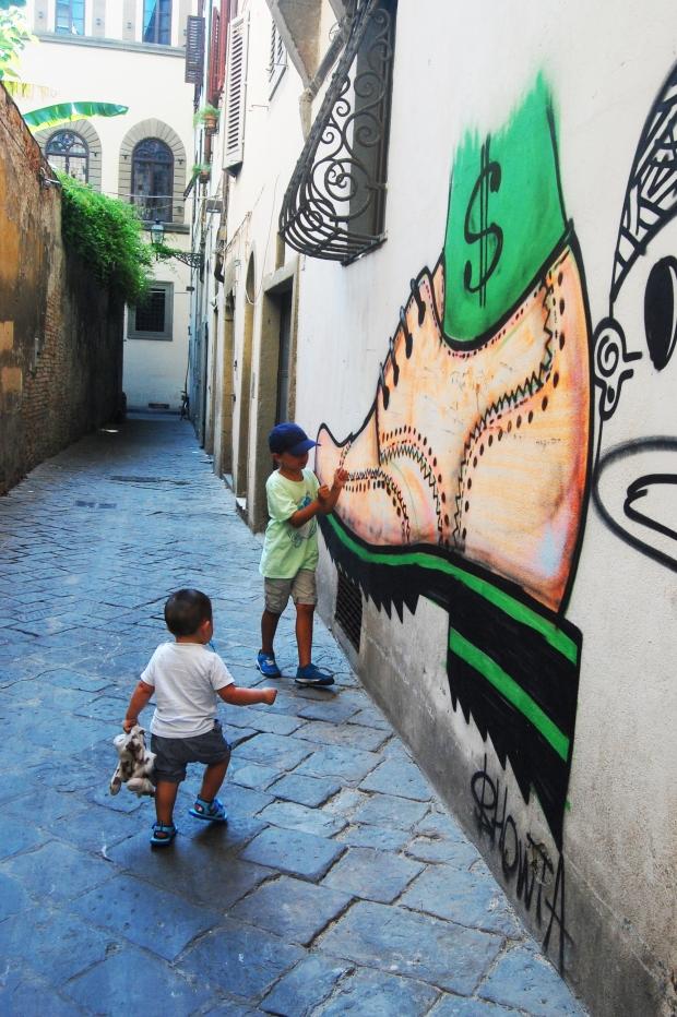 florence enfants devant tags de chaussures graffiti