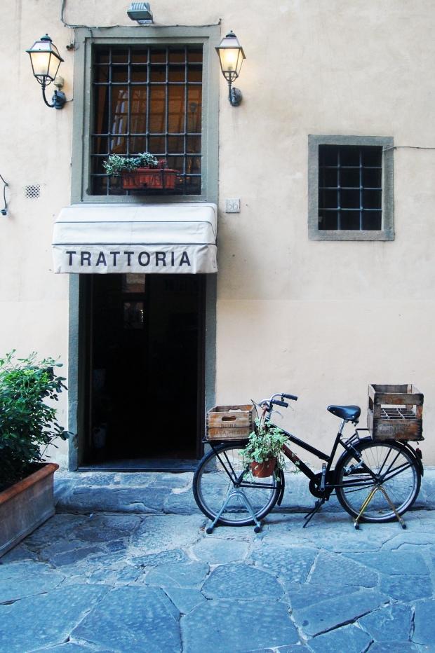trattoria italie avec vélo devant