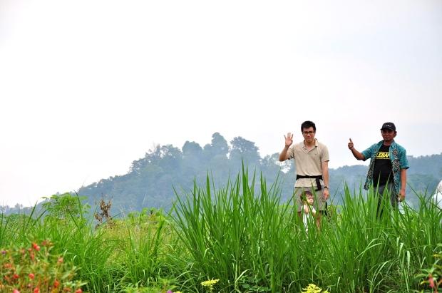 sidemen rizières papa bébé au bord de la route