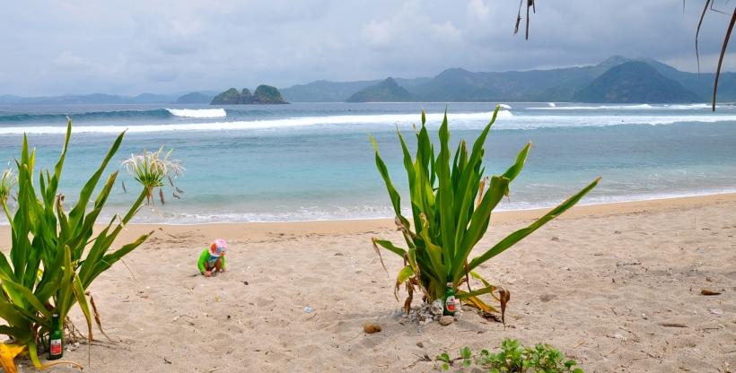 plage surf mawi avec bébé