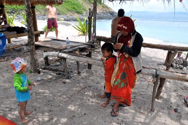 plage mawi lombok bébé à l'ombre
