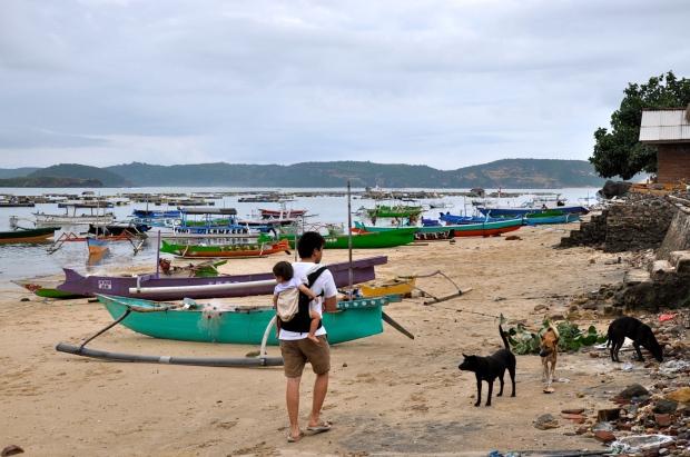 gerupuk village pecheurs lombok papa porte bébé barques couleurs
