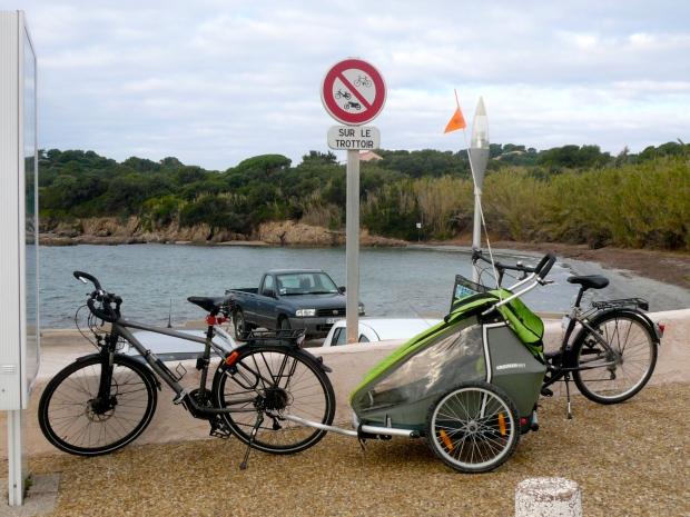 vélos et cariole devant panneau interdit de stationner sur le trottoir