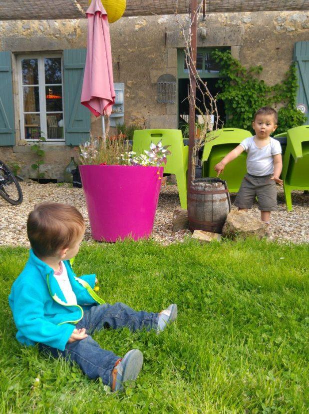 enfants dans le jardin de la chambre d'hote la foire des ducs à brinay en bourgogne le long du canal du nivernais