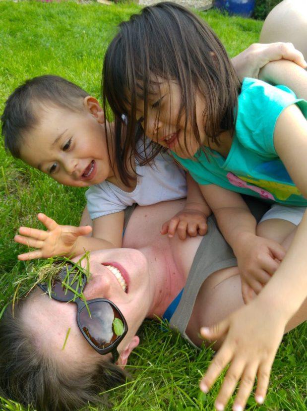 jeux d'herbe maman et enfants