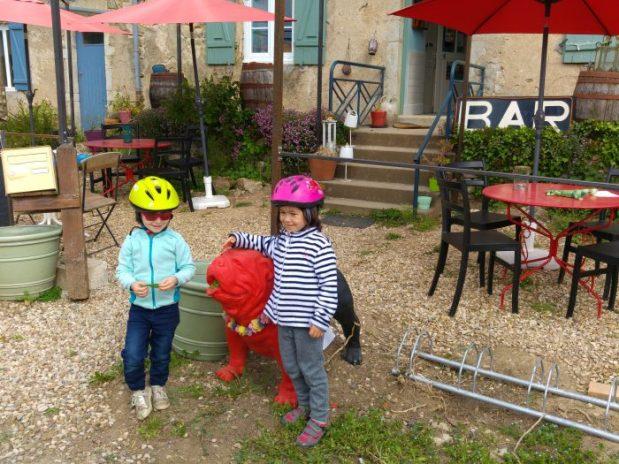 fillettes avec statue de chien au bar parazar brinay